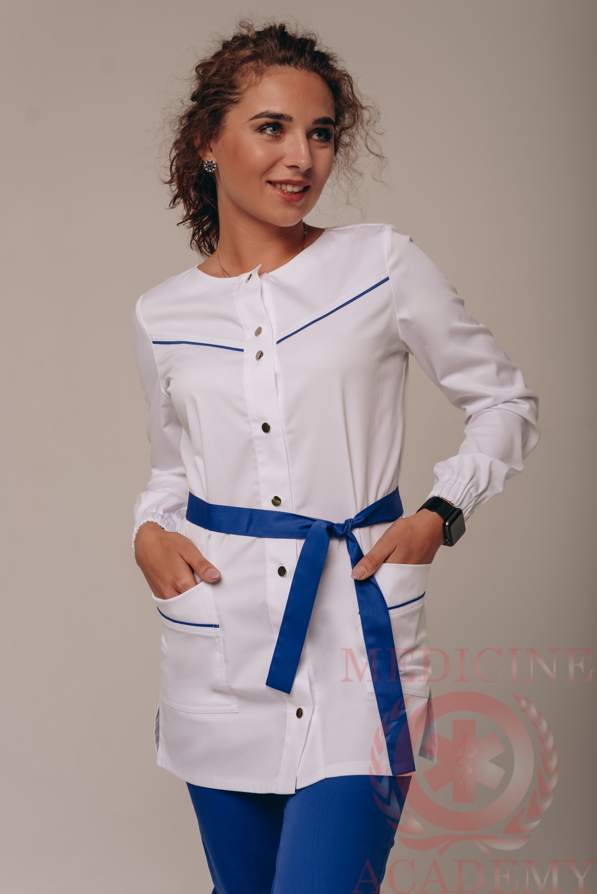 Белая блуза с отделкой цвета роял